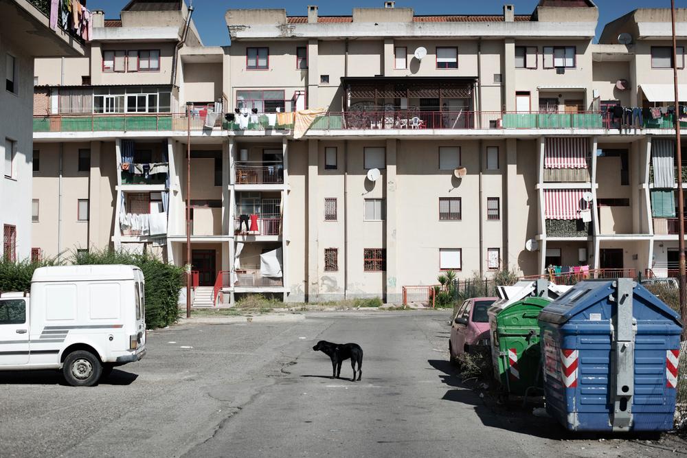 """Italia. Crotone 2013: Queste palazzine di edilizia popolare (Aterp) nella periferia di Crotone fanno parte dei siti """"altamente contaminati""""."""