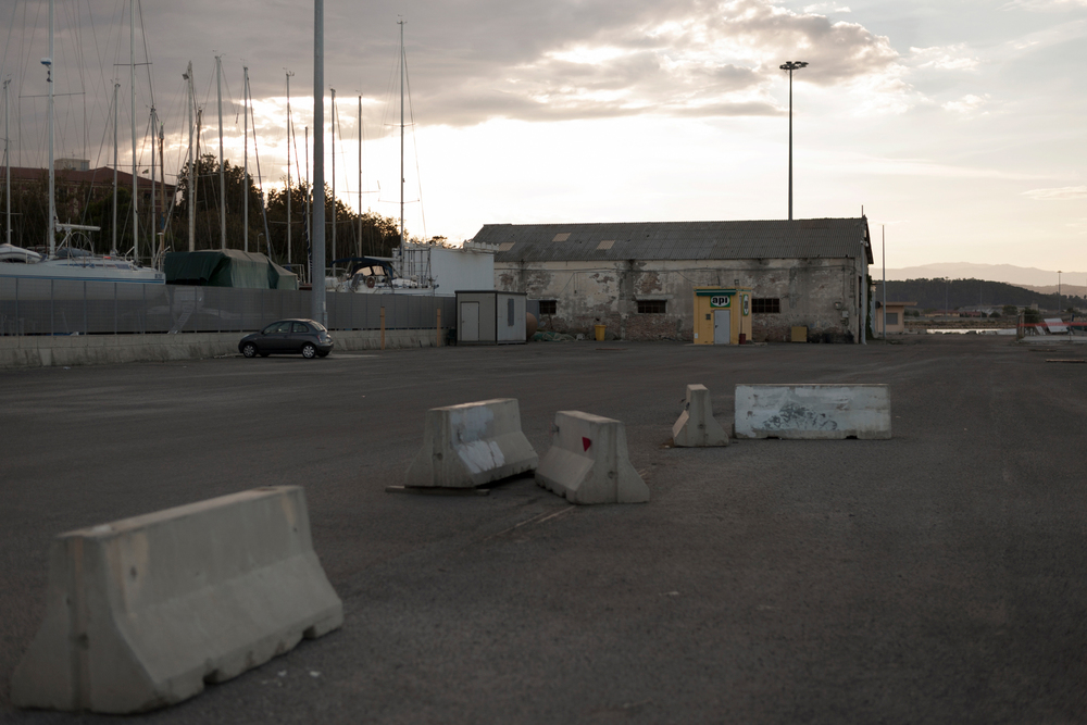 Italia. Crotone 2013: La banchina di riva del porto di Crotone è uno dei siti sequestrati nel 2008. Oggi il sequestro è decaduto e la zona è nuovamente accessibile.