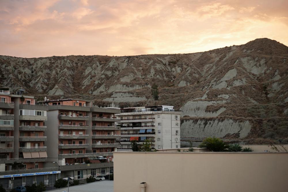Italia. Crotone 2013: Veduta della città: Crotone è circondata da colline di argillose che la dividono in due.