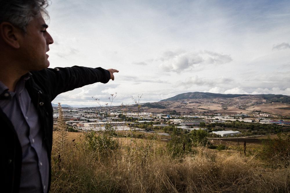 """Gianluca Oddone, il portavoce del Comitato """"Tito No Biomasse"""", mostra quella che un tempo era chiamata la """"Valle Dorata"""". Oggi parte di quella valle ha dovuto lasciar spazio ad uno dei poli industriali più grandi del Sud Italia. Tito (Zona Industriale), Settembre 2015"""