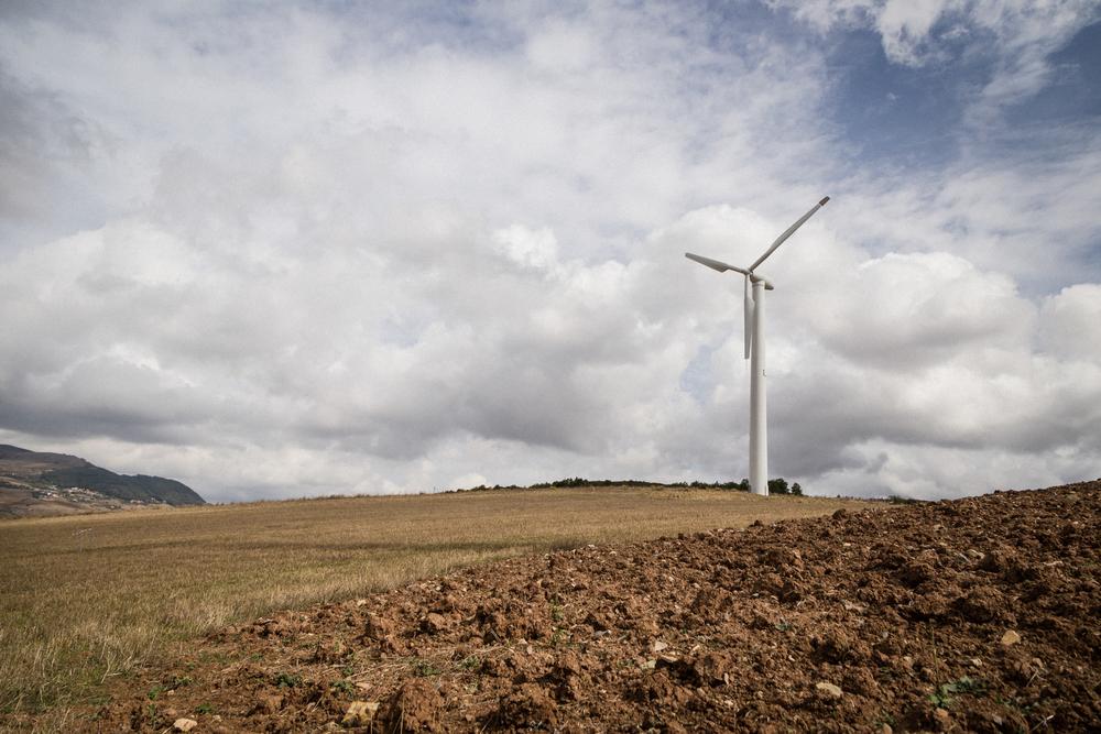 Il S.I.N. è circondato di pale eoliche, fonte di energia ecosostenibile. Questo rappresenta un arma a doppio taglio per via della diffusione via aria dei fattori radioattivi presenti nell'area. Tito (Zona Industriale), Ottobre 2015