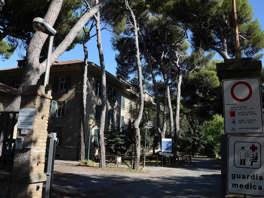 Villaggio Solvay, particolare dell'Ospedale costruito intorno al perimetro d'ingresso dello Stabilimento Solvay, Rosignano Solvay, 2015