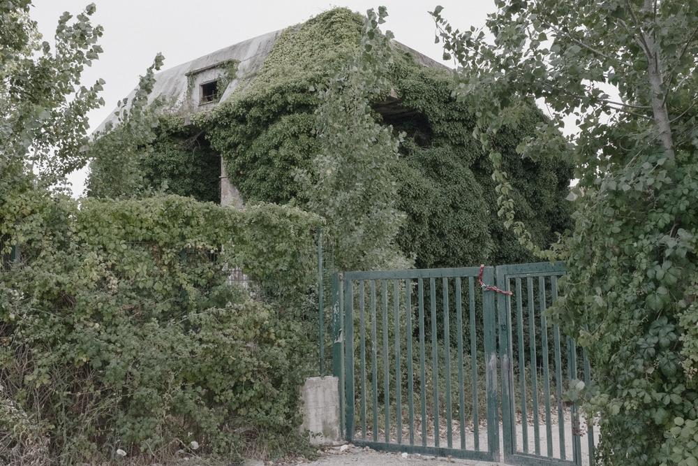 Edificio abbandonato all'interno della Riserva naturale di Torre Astura. Nettuno (RM), 2015.  La riserva ospita il poligono militare di Nettuno ed è attraversata dal fiume Astura, che sfocia nella sua estremità meridionale dopo aver attraversato l'Agro Pontino lambendo anche la discarica di Borgo Montello.