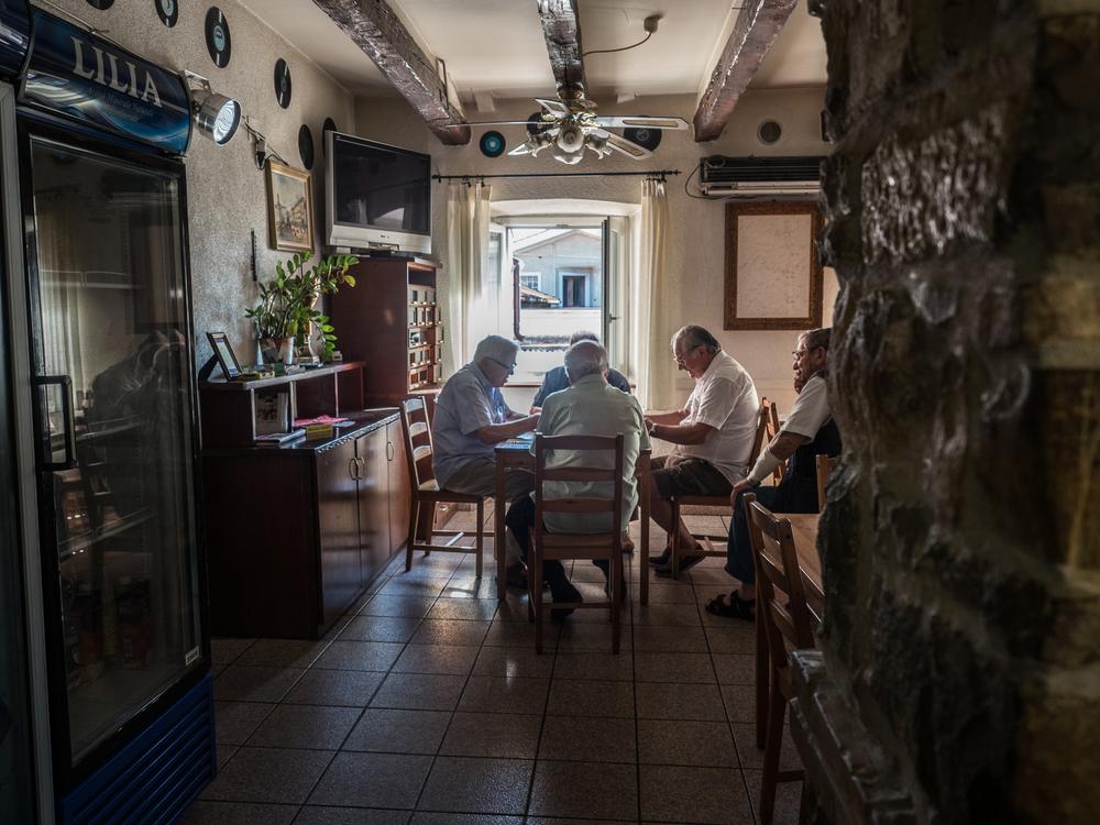 """Alcuni anziani giocano a carte nel Circolo Arci """"Falisca"""" nel rione di Servola. Secondo i dati Istat Trieste è fra le province con tasso di vecchiaia più elevato d'Italia."""