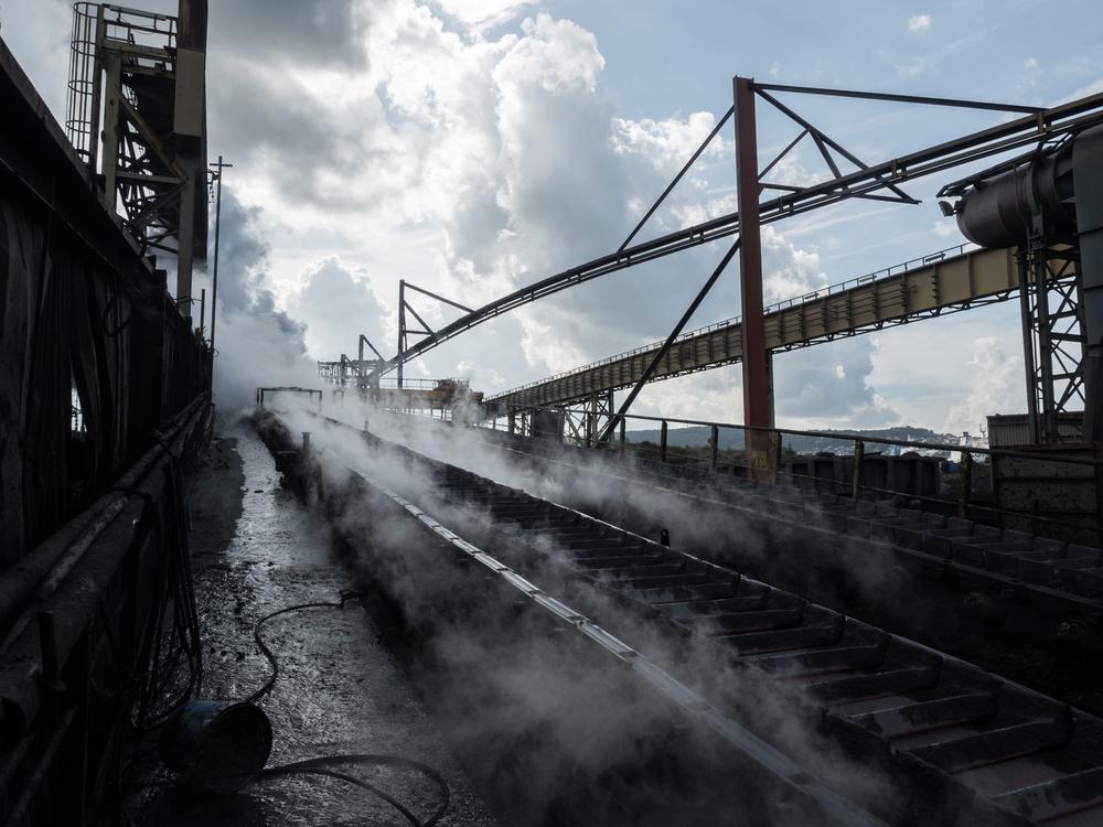 Area di raffreddamento della ghisa fusa, dell'impianto siderurgico della Ferriera di Servola. Trieste 2015.