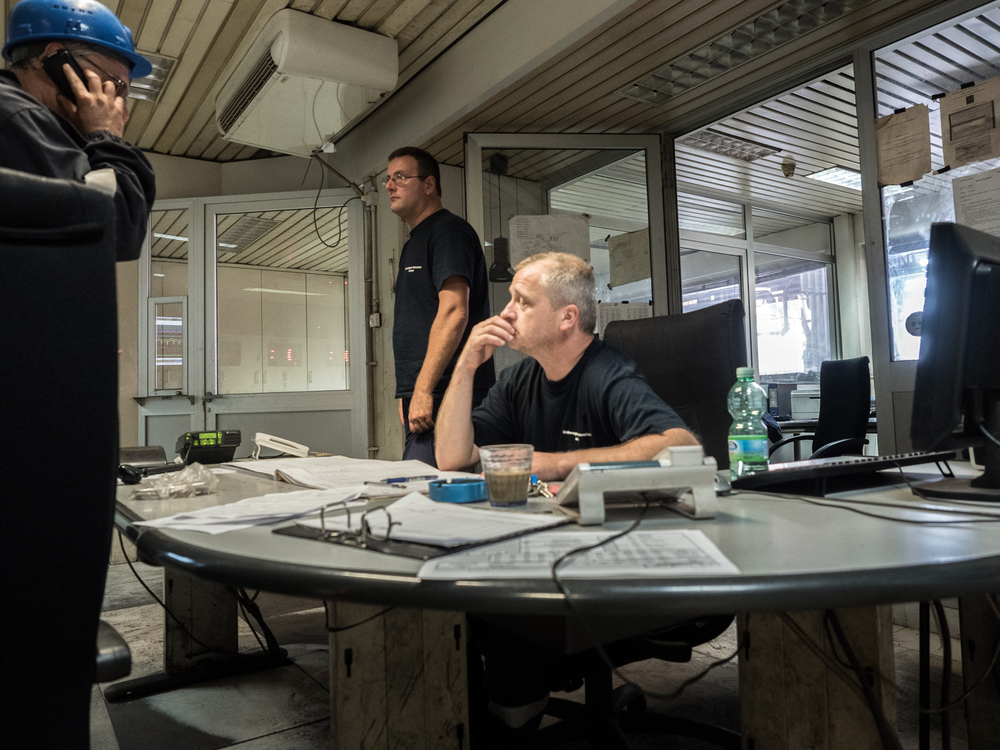Alcuni operai all'interno della sala di controllo dell'impianto siderurgico della Ferriera di Servola, Trieste 2015.
