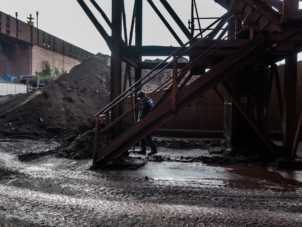 Un'operaio all'interno dell'impianto siderurgico della Ferriera di Servola, Trieste 2015.. Nel novembre 2015 il Ministero dell'Ambiente e quello dello Sviluppo Economico hanno approvato il Progetto integrato di messa in sicurezza ambientale e di riconversione industriale dell'area della Ferriera di Servola. Entro il 2016 saranno riassorbiti tutti i lavoratori e la Ferriera potrebbe raggiungere i 700 dipendenti.