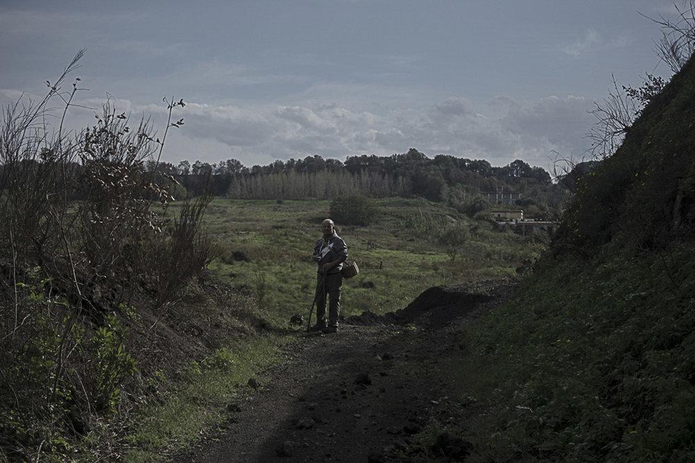 Pianura, Napoli, 2017. Ferdinando Palmers, attivista e naturalista di Pianura e membro dell'Associazione Oceanus Onlus, sul versante sud della Discarica di Contrada Pisani.