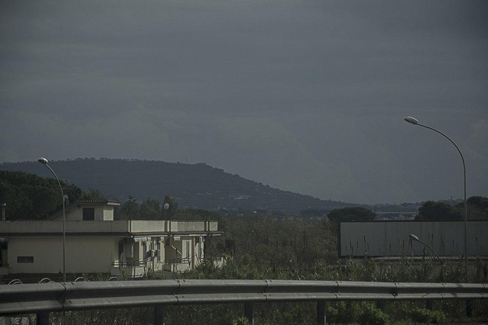 """Giugliano in Campania, Napoli, 2017. La collina di Pianura dalla Strada statale 7 quater Via Domitiana, nei pressi del sito di stoccaggio di """"eco""""balle Masseria del Re."""