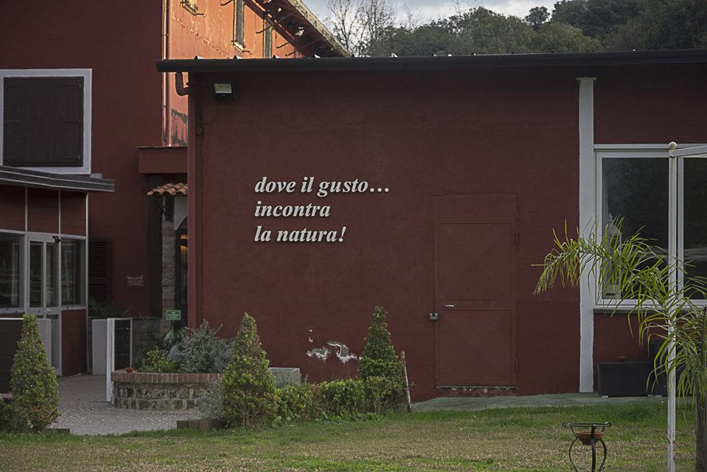 """Pianura, Napoli, 2017. Ristorante - Braceria """"La Valle"""" in via Montagna Spaccata, circondato da ampi spazi verdi ed aree barbecue e situato a pochissimi metri dal cratere Senga."""