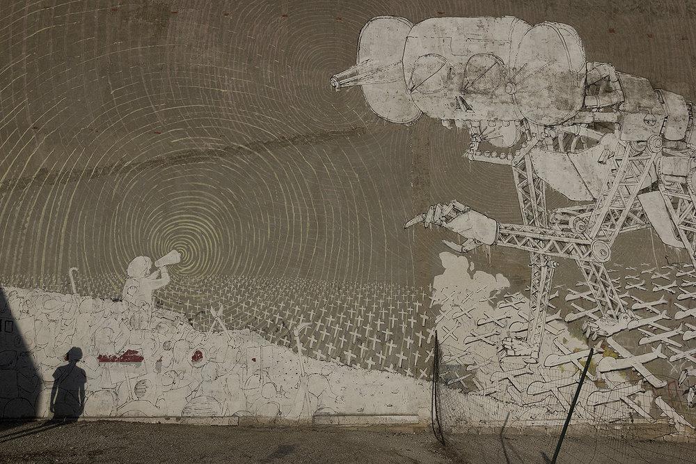 Niscemi (CL), Luglio 2017. Uno dei tre murales del famoso street artist italiano Blu a Niscemi. Nel 2013 ha aderito al Comitato degli Artisti No MUOS, lasciando in dote tre preziosi graffiti sui muri della città siciliana. © Chiara Faggionato