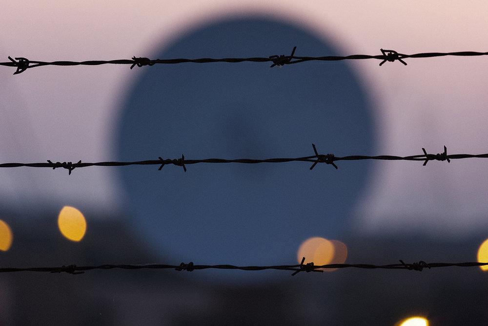 Niscemi (CL), Luglio 2017. Una delle tre parabole MUOS del diametro di 18,4 metri. A seguito delle proteste attuate dagli attivisti No MUOS, gli statunitensi hanno dipinto le tre parabole di colore blu cielo per attenuare l'impatto visivo dell'opera. © Chiara Faggionato