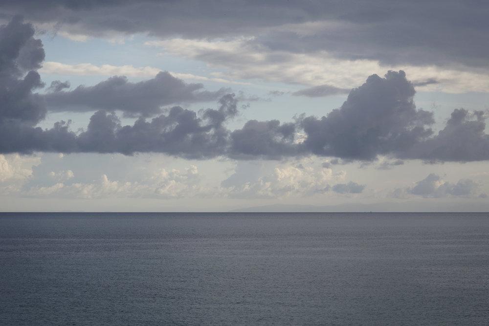Vista dei monti dell'Albania dalla costa salentina. Il gasdotto TAP della lunghezza complessiva di 878 chilometri, dovrebbe attraversare la Grecia (550 km), l'Albania (215 km), il mar Adriatico (105 km) e quindi approdare sulle coste del Salento. Torre dell'Orso, Novembre 2017. © Giuseppe Laera