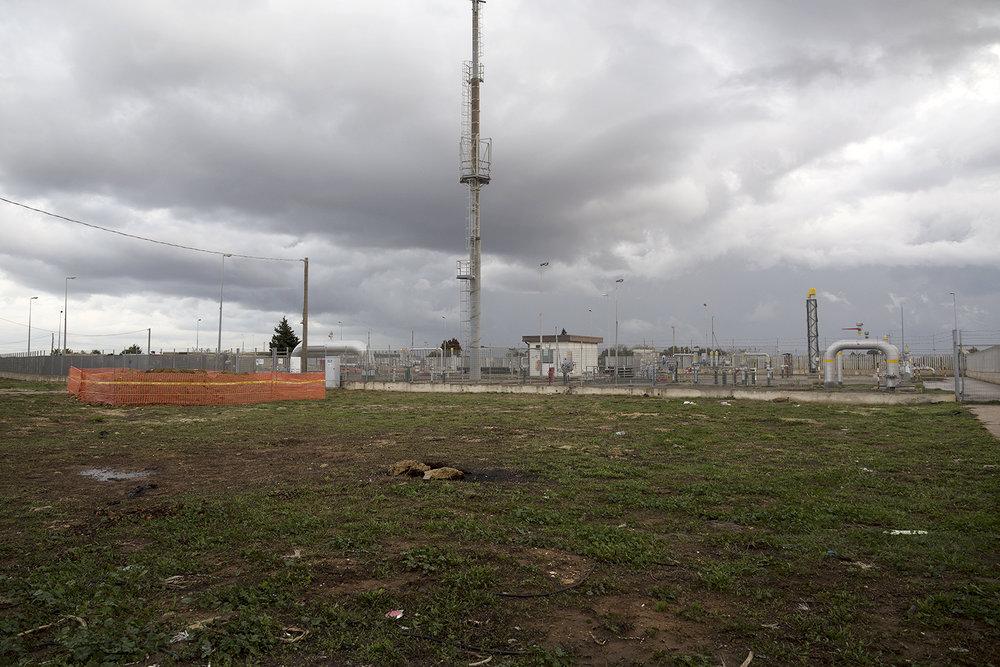 SNAM Rete Gas, contrada Matagiola/Gonnella, Brindisi. Una volta costruito e raggiunto il PRT (pipeline receiving terminal) nelle campagne di Melendugno, il gasdotto TAP dovrà ricollegarsi alla rete SNAM con un prolungamento di 55 km che passerà per i comuni di Melendugno, Vernole, Castrì di Lecce, Lizzanello, Lecce, Torchiarolo, San Pietro Vernotico e raggiungerà il punto di connessione in contrada Matagiola/Gonnella nel territorio comunale di Brindisi. La destinazione finale prevede l'erogazione del gas nel Nord Europa. Brindisi, contrada Matagiola/Gonnella. Novembre 2017. © Giuseppe Laera