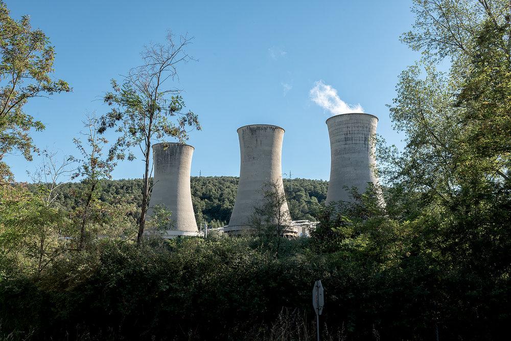 ITALIA, 2017, Centrale geotermica. Nel 1911 fu costruito a Larderello il primo impianto geotermico industriale al monto, l'unico fino al 1958. Dalle torri di raffreddamento fuoriesce anidride carbonica (85,4%), idrogeno solforato (1-2%) e metano (0,4%). In misura minore vengono emessi anche azoto, idrogeno, ammoniaca, acido borico, radon, gas rari ed elementi in tracce in forme volatili, come mercurio, arsenico e antimonio potenzialmente pericolosi per la salute © LUCA CERABONA