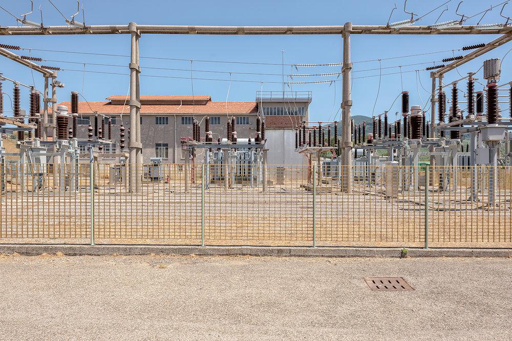 ITALIA, 2017, Bagnone. Centrale geotermica, da questo comparto l'energia proveniente dal trasformatore viene immessa nella rete di distribuzione. Nel 2005 la potenza mondiale installata era di 8.915 MWe per la generazione elettrica e 27.825 MWt per gli usi diretti. L'Italia è il quinto produttore mondiale con una potenza installata di 791 MWe © LUCA CERABONA