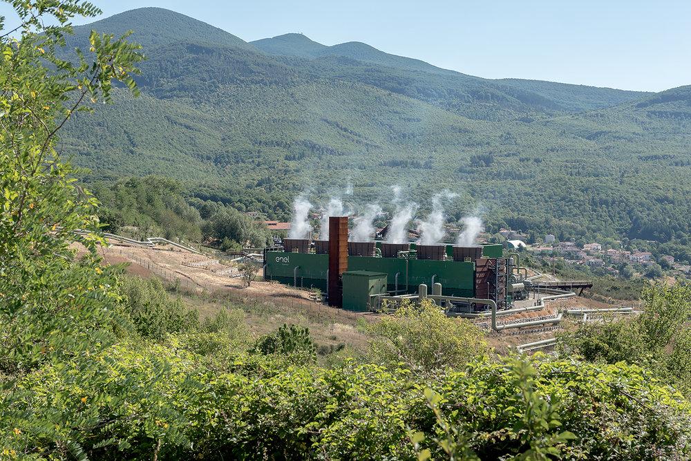 """ITALIA, 2017, Santa Fiora. Centrale geotermica """"Bagnore 4"""" (area intorno al monte Amiata). La Toscana ha due aree di sviluppo della geotermia: quella storica, situata attorno a Larderello, e quella """"nuova"""" (della fine degli anni cinquanta) situata in Amiata, il cui serbatoio geotermico presenta differenze sostanziali da quello tradizionale, come un'emissione pressoché doppia di anidride carbonica ed una forte emissione, a Bagnore, di ammoniaca © LUCA CERABONA"""