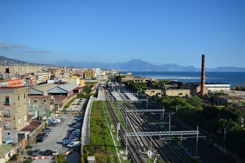 San Giovanni a Teduccio (Napoli), 2017. La ferrovia impedisce alla popolazione l'accesso al mare.© Alice Tinozzi