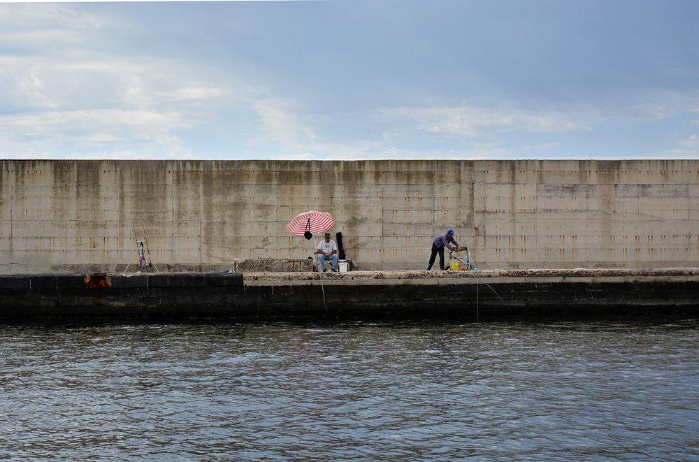 San Giovanni a Teduccio (Napoli), 2017. La diga del porto industriale lunga 3 km indirizza le navi cargo e le petroliere all'attracco. © Alice Tinozzi