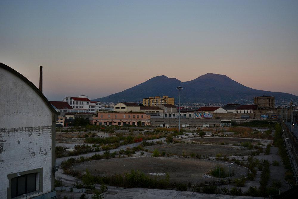 Polo industriale (Napoli), 2017. Deposito dismesso della Kuwait (Q8) a seguito del sequestro del 2015. Impronte dei vecchi silos.© Alice Tinozzi