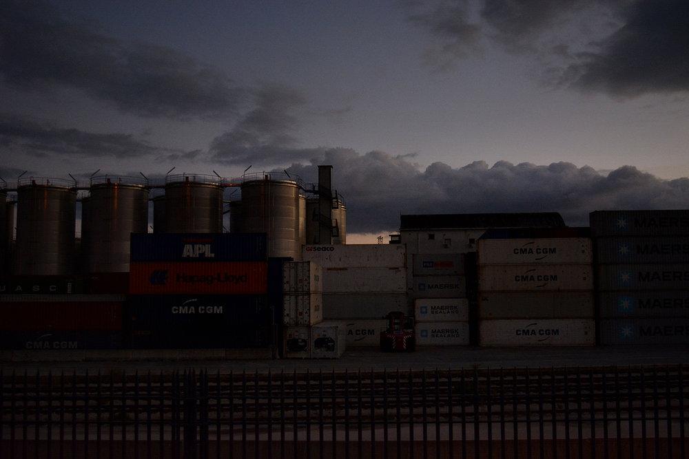San Giovanni a Teduccio (Napoli), 2017. Muro di container lungo la costa. © Alice Tinozzi