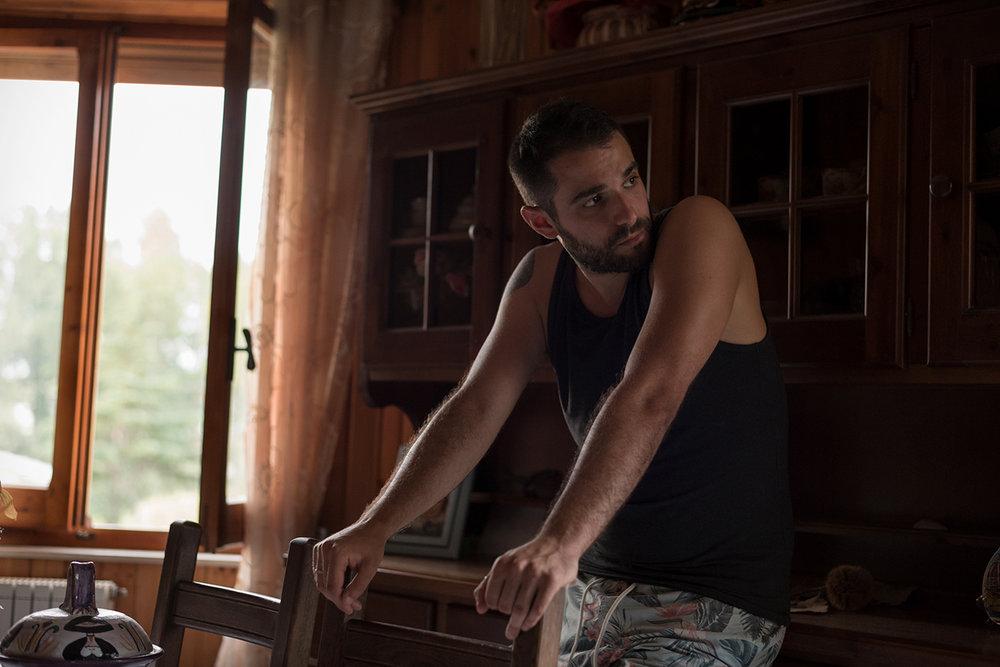 Michele, emigrato in Polonia, nella casa di famiglia, a 200 metri dalla Saras, per trascorrere le vacanze estive.Racconta di quando 10 anni fa stava per svenire a causa di una nube tossica proveniente dalla Saras. Sarroch (Cagliari), 2017.