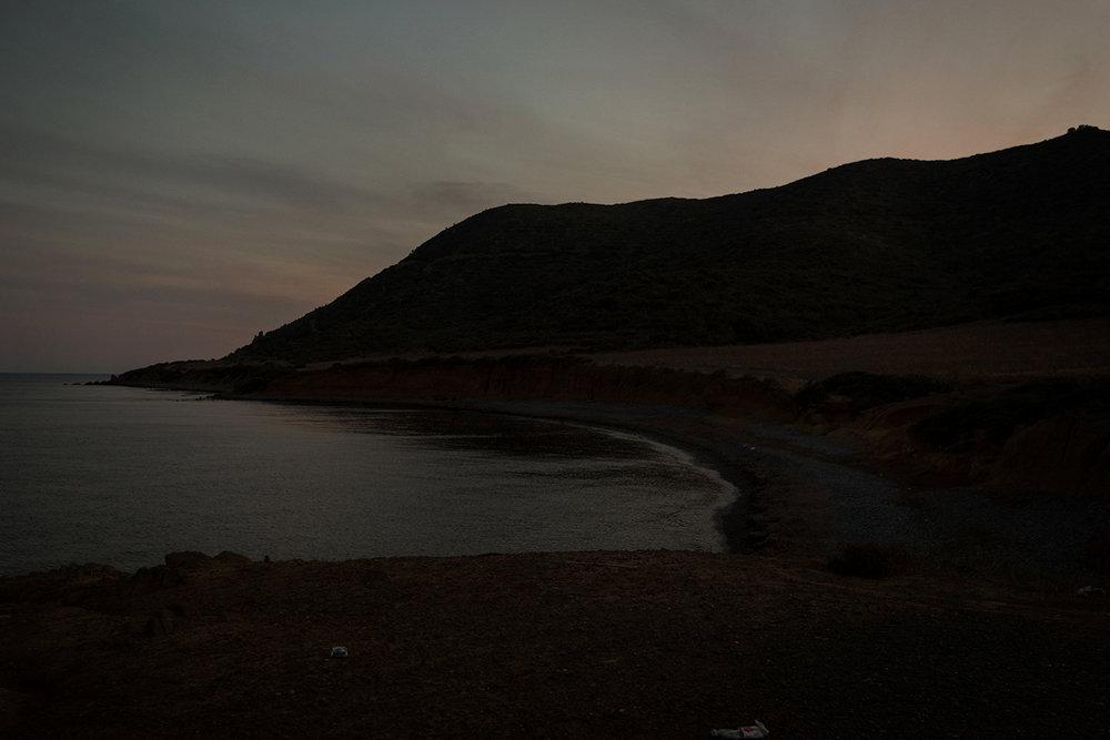 Su vaste zone costiere persistono vecchie discariche, in sardo muntronaxiu, note ai residenti ma difficilmente individuabili. Sarroch (Cagliari), 2017.