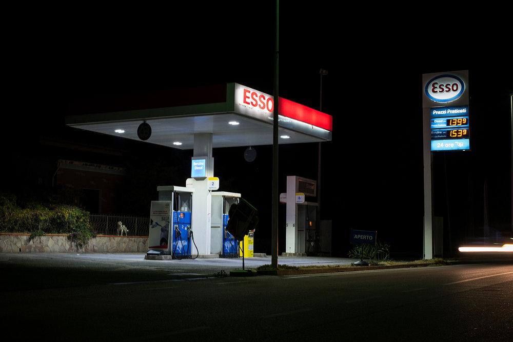 In paese si lamenta il prezzo eccessivo della benzina, quando la SARAS, con 300 mila barili prodotti al giorno, soddisfa il 16% della capacità di raffinazione italiana. Sarroch (Cagliari), 2017.