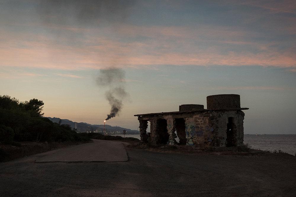 Bunker della seconda guerra mondiale al lato della strada che collega il porticciolo dei pescatori e alla Saras. Sarroch (Cagliari), 2017.