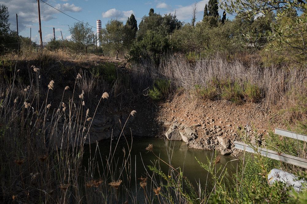 Bacino di acqua piovana non più utilizzato dalla famiglia Romanino per irrigare gli ortaggi, data la presenta di inquinanti. Sarroch (Cagliari), 2017.