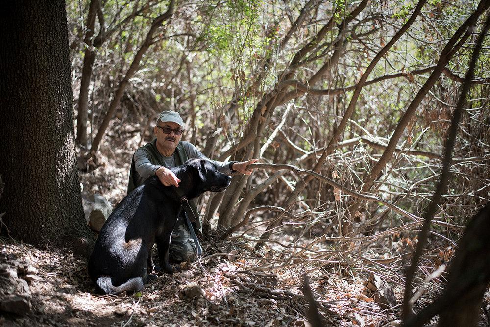 Raffaele, voce critica nonché appassionato escursionista, in compagnia del suo cane Nerone, promuove, tramite la sua intensa attività divulgativa gli angoli meno conosciuti del territorio montano di Sarroch. Sarroch (Cagliari), 2017.