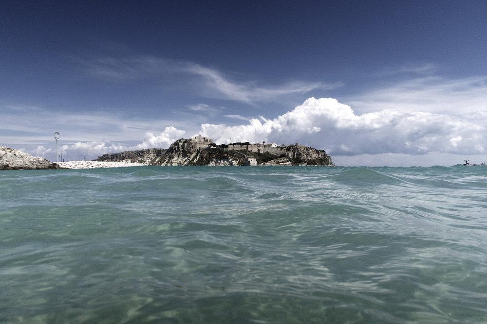 """42° 07' 11"""" N , 15° 29' 47"""" E San Domino, Isole Tremiti   Visuale di superficie dalla Cala delle Arene, verso l'isola di San Nicola."""