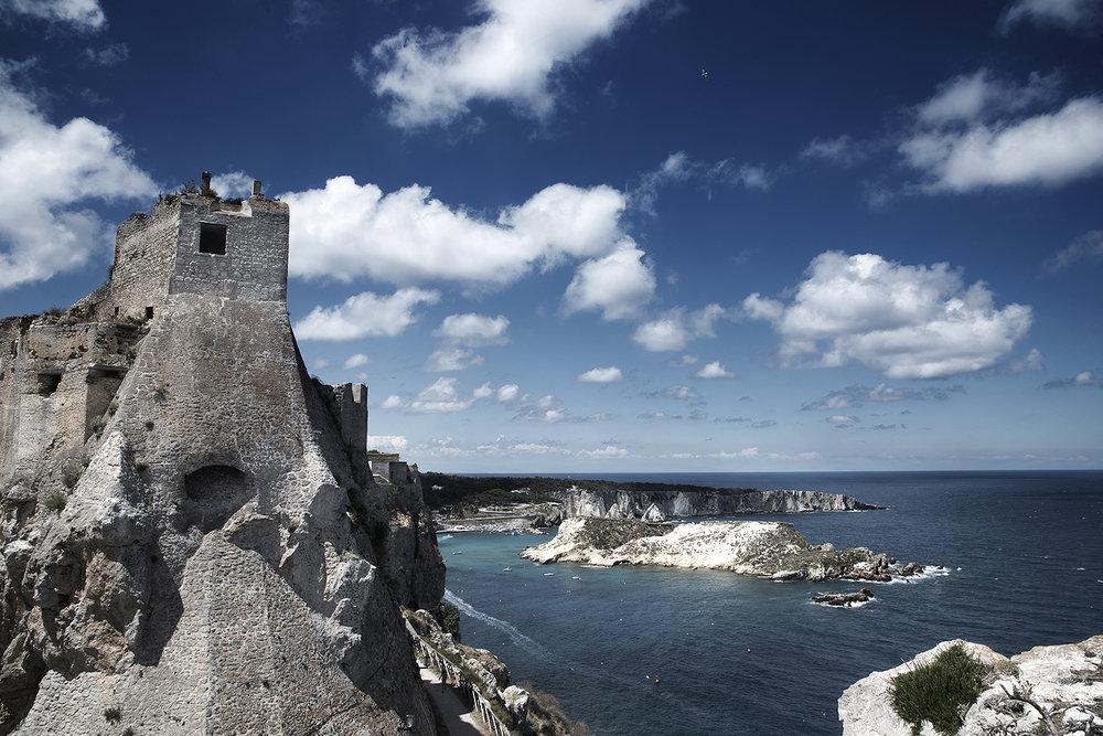 """42° 07' 21"""" N , 15° 30' 23"""" E San Nicola, Isole Tremiti   Con le sue alte mura a picco sul mare, il Castello dei Badiali cinge il Santuario di Santa Maria a Mare, costruito per volere di Carlo D'Angiò per proteggere l'isola e il Monastero dagli attacchi."""