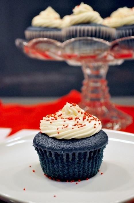 giants blue velvet cupcakes