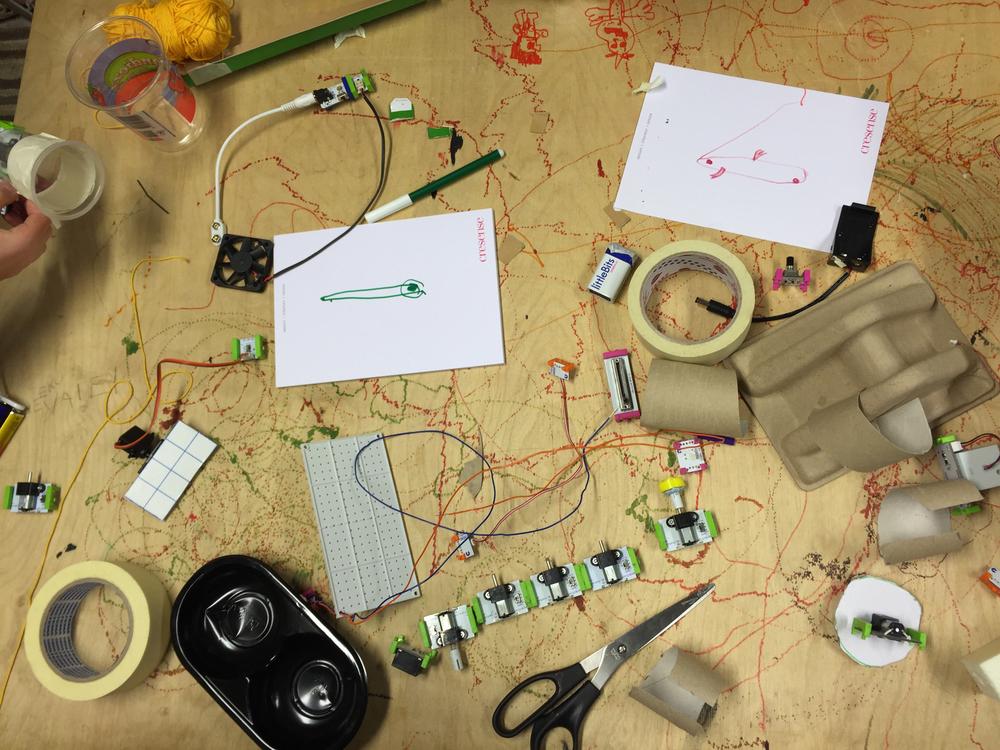 Tekemisen meininkiä: suunnitelmia, kierrätyspahvia, littleBitsejä, teippiä, piuhaa, paristoja...