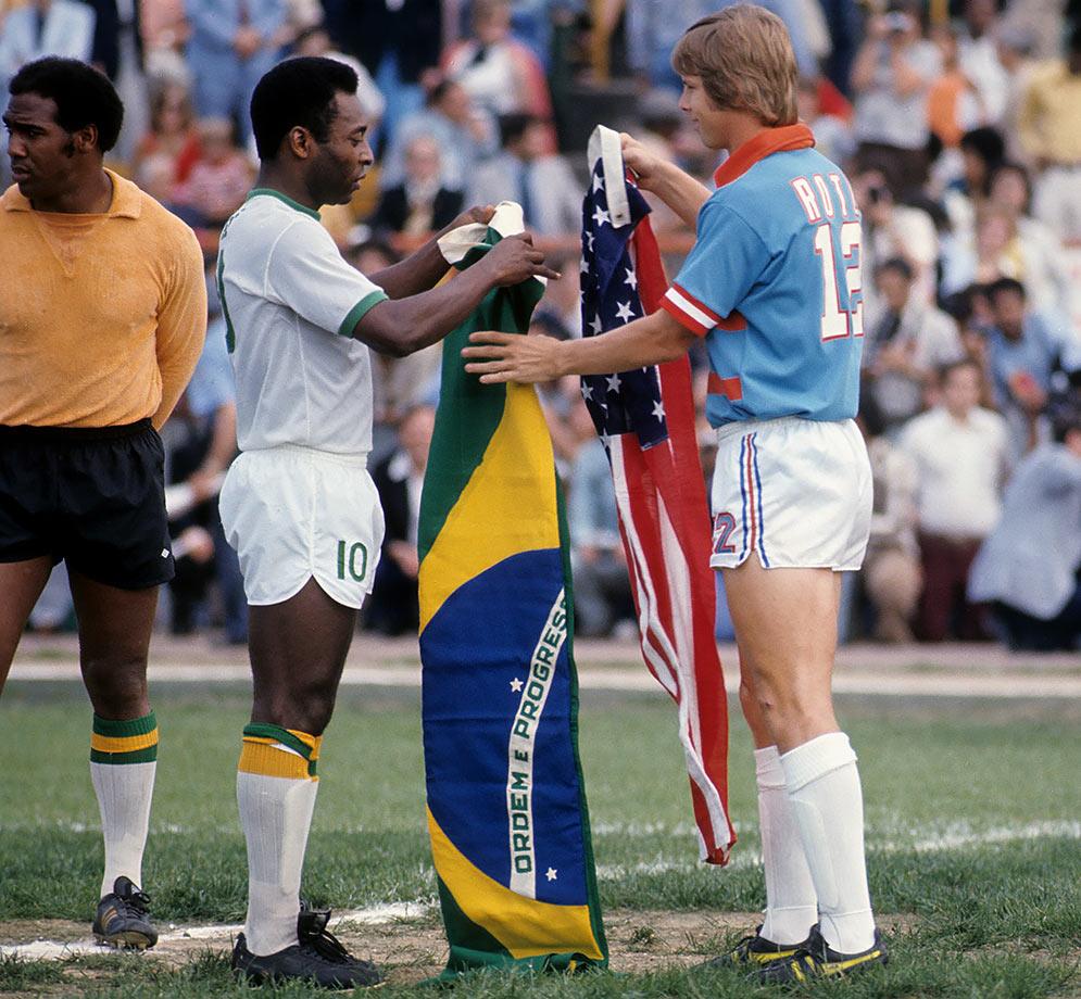 1975-Pele-Kyle-Rote-Jr-exchange-flags-080060904.jpg