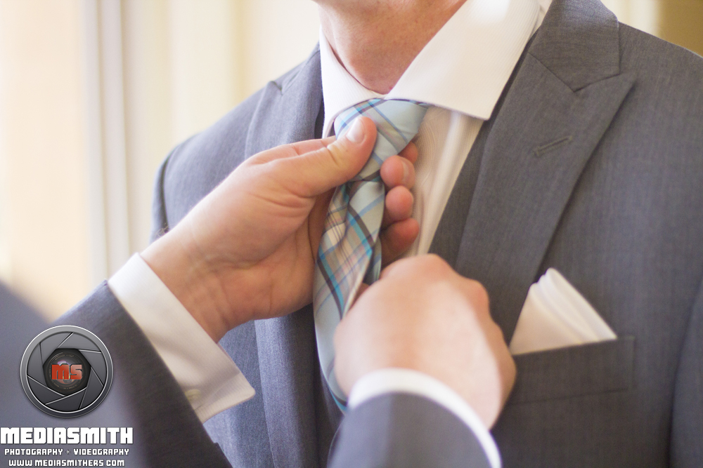 Tucson_AZ_Wedding_Tying_Tie_8