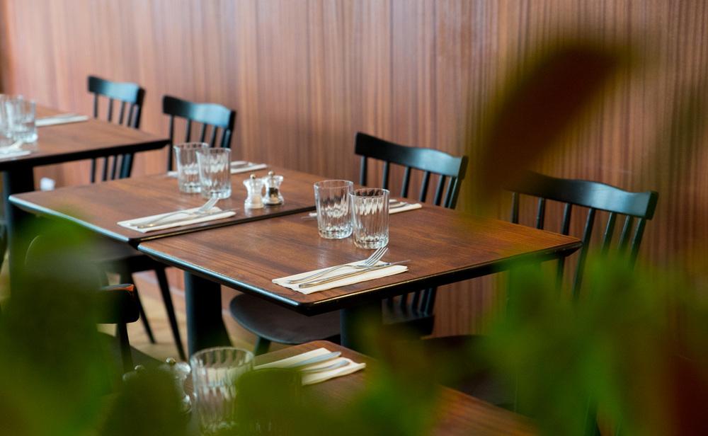 Tables en bois teintéacajou et chaises Baumann vintage