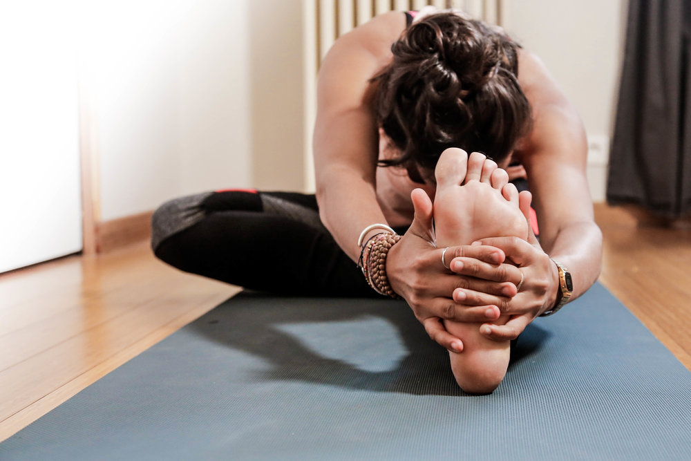 La demi-pince : bonne préparation à la posture de la Pince assise. Elle peut soulager les lombaires, stimuler le foie, la rate et les reins, faciliter la digestion, combattre l'insomnie.