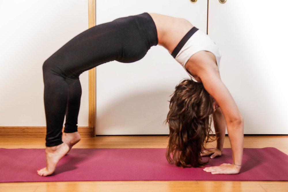 La posture de la roue : bénéfique pour la santé cardiovasculaire, glandulaire et la santé du système nerveux. Elle est recommandée pour les personnes souffrant de troubles digestifs ou respiratoires puisqu'elle améliore leur fonctionnement. Elle permet aussi de contrôler les sécrétions hormonales. Mais attention ! A pratiquer au fur et à mesure de l'avancée dans votre pratique, en fonction de vos envies et de vos capacités.