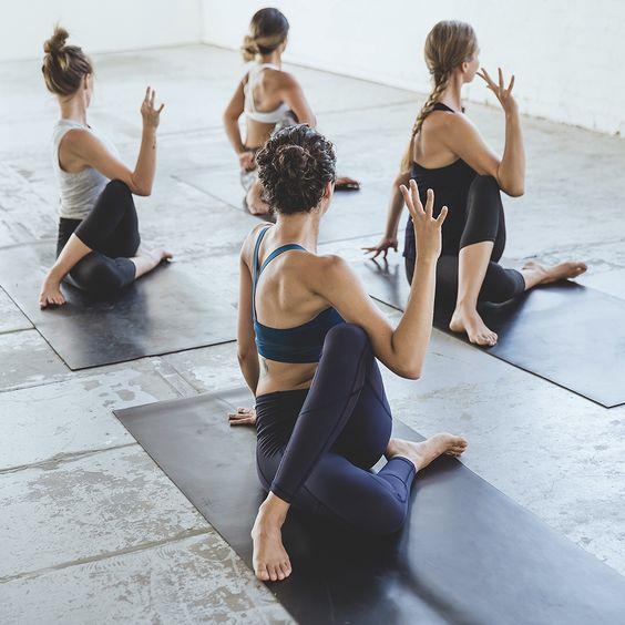 octobre-rose-yoga-étirements-bienfaits