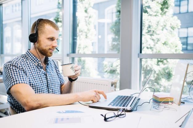 homme-en-casque-travaillant-sur-ordinateur-portable_23-2147707737.jpg