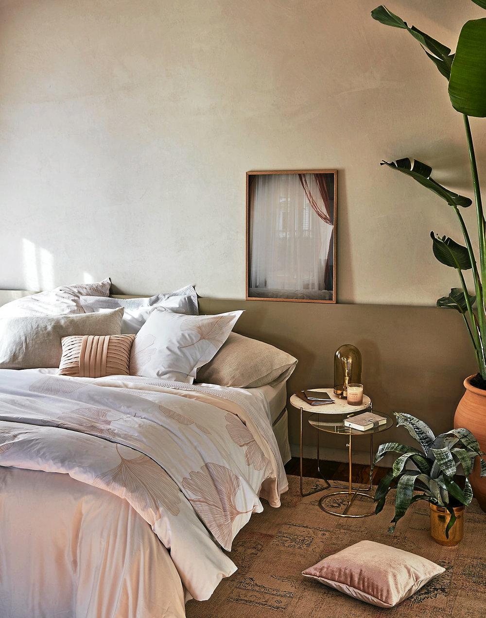 Vårkänslorna börjar smyga sig in i sovrummet hos Zara home med puderrosa toner och detaljer i mässing.