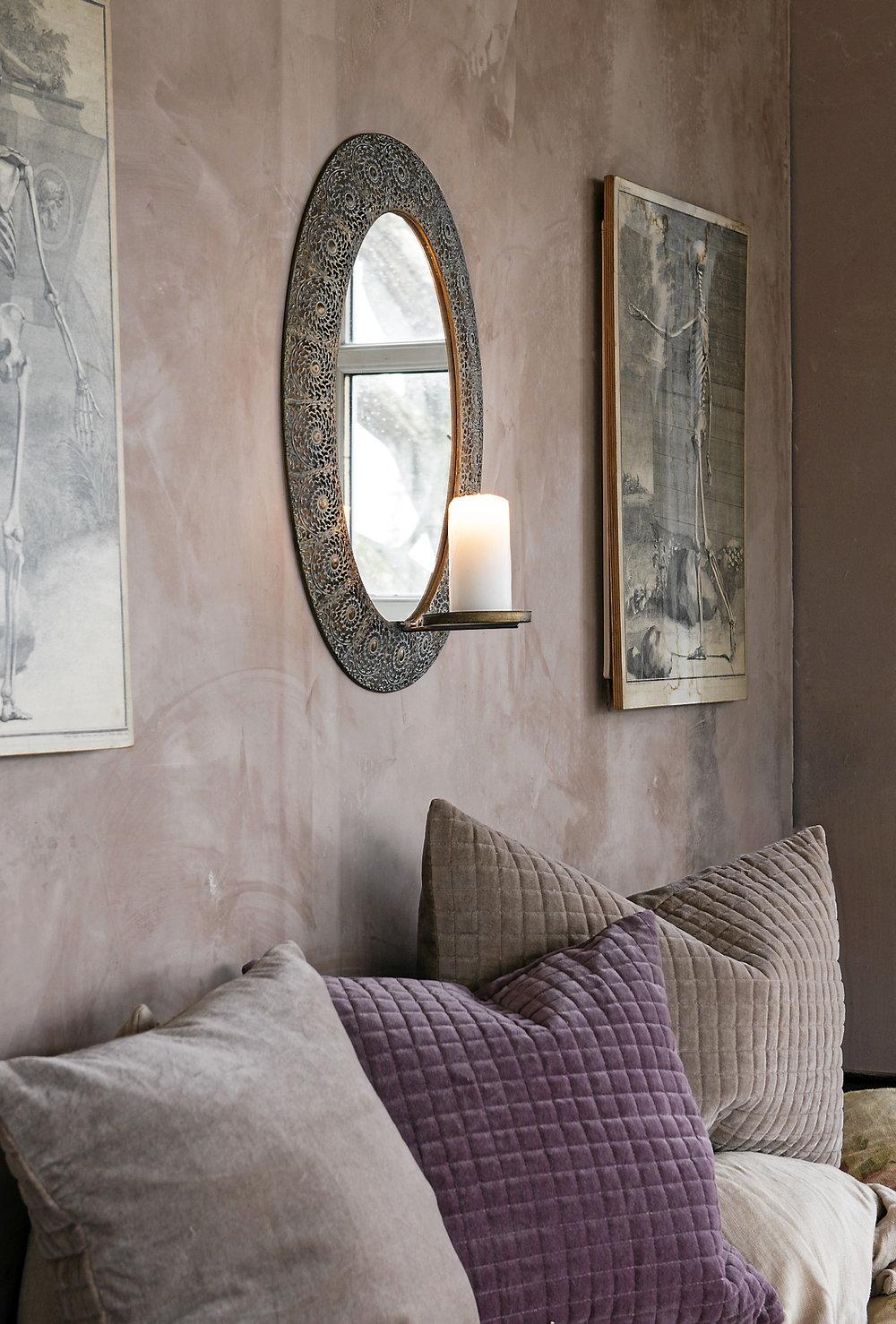 Mjuka rosa och rostiga toner dominerar både på väggar och textilier. Kuddar från Affari.