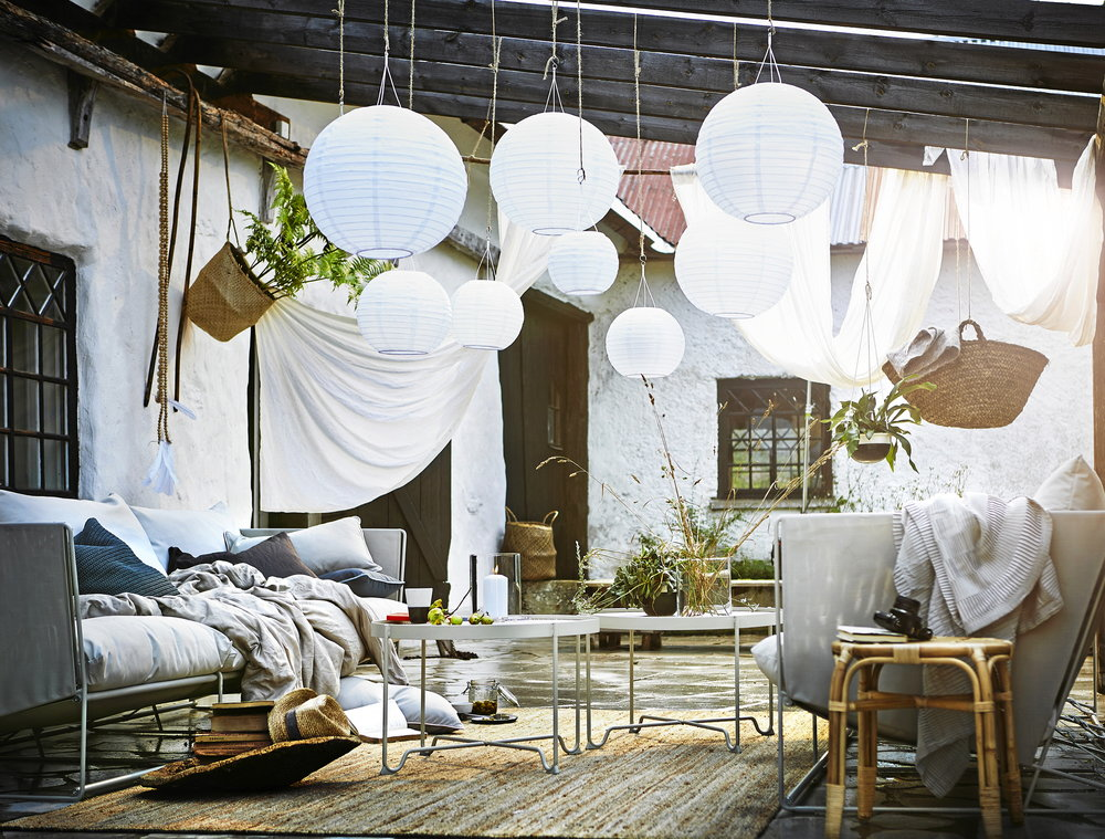 Nya, ljusa trädgårdsmöbler till uteplatsen, allt på bilden kommer från IKEA.