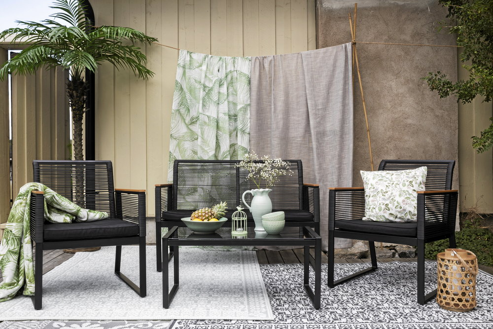 Skarpa konturer definierar rummen på den avskalade uteplatsen. Arbeta med en accentfärg och mjuka upp med textilier och gröna växter. Allt på bilden är från Rusta.
