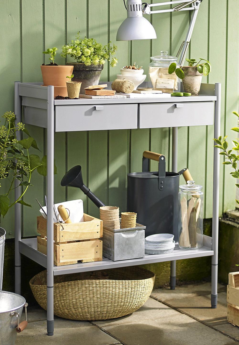 Planteringsbord Hindö av stål är idealisk när du ska plantera. Förvaring för fröer, redskap och annat som du vill ha nära till hands när du ska odla.595 kronor, IKEA.