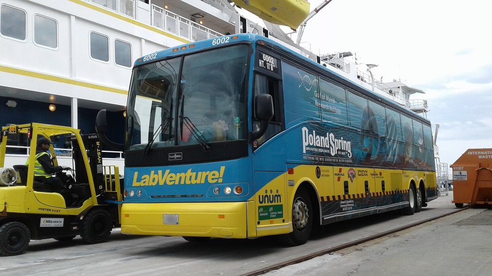 Bus in front of Mt. Washington 046.jpg
