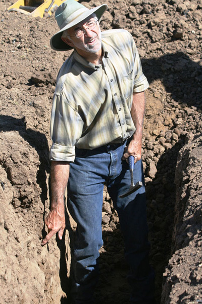 At SERCAL's SoCal Soils Workshop, held October 4 in Carlsbad, Vic Claassen demonstrates a useable water reserve in a non-irrigation field that is only 12 inches below the surface