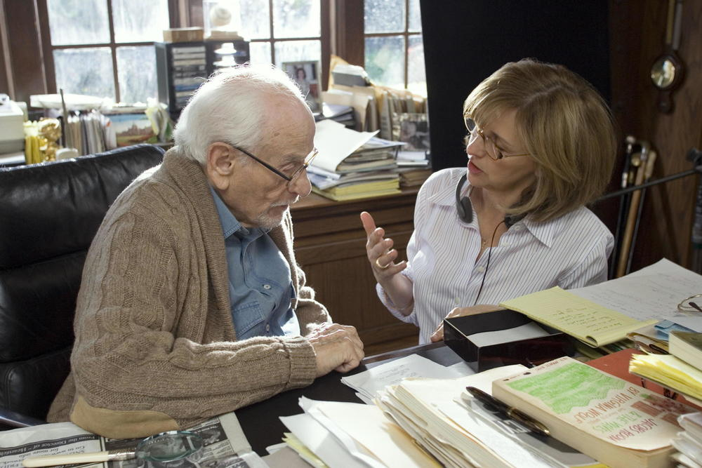 Nancy Meyers directed veteran actor Eli Wallach on the set of The Holiday (2006). (Image via Google.)